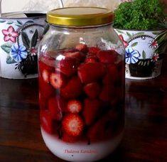 Για ένα κιλό φράουλες θα χρειαστούμε περίπου 750ml αλκοόλ (βότκα, ούζο, τσίπουρο, κονιάκ) , μισό κιλό ζάχαρη, λίγα γαρύφαλλα-όχι τα άνθη- και ένα δύο ξυλάκια κανέλας. Διαλέγουμε γινωμένες κόκκινες φράουλες, τις πλένουμε πολύ καλά και αφαιρούμε το κοτσάνι τους. Σε καλά πλυμένο βάζο τοποθετούμε εναλλάξ στρώσεις φράουλας και ζάχαρης, προσθέτουμε τα γαρύφαλλα και την κανέλα μας, το αλκοόλ που επιλέξαμε και κλείνουμε ερμητικά. Αυτό το λικέρ δεν το εκθέτουμε στον ήλιο. Το βάζουμε σε φωτεινό μεν… Smoothie Drinks, Smoothies, Coffee Drinks, Sweet Recipes, Liquor, Raspberry, Food And Drink, Cooking Recipes, Herbs