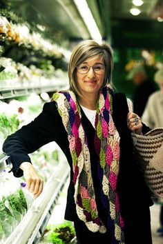 Tina Scheftelowitz (f. 1964). Madskribent, kogebogsforfatter, iværksætter. Er oprindeligt uddannet køkkenleder og kvinden bag og tidligere partner i Floras kaffebar og kaffefirmaet og caféen Amokka. I dag bl.a. madskribent på Politiken. Siden Suveræne Salater og brillante buffeter udkom i 1997, har Tina Scheftelowitz alene og sammen med Sonja Bock oplevet en kæmpestor succes med en lang række kogebøger, mange i Suveræne-serien. Deres bøger har i alt solgt henved 1 mio. eksemplarer.