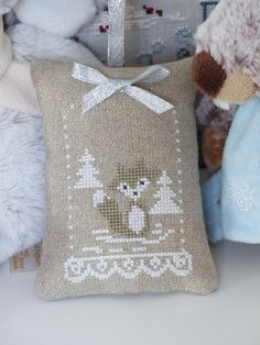 Christmas Cross, Diy Christmas, Christmas Ornaments, Cross Stitch Animals, Le Point, Needlework, Throw Pillows, Embroidery, Sacks