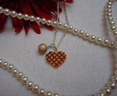 Armkettchen mit beigefarbener Perlen und einer Waffel in Herzchenform    *Passt* *zu*:  Perlenhalskette Waffel