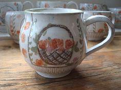 DG Do peřin! hrnek .. hrnek..tak akorát na čaj,kávu s mlékem....do peřinek .. z kolekce DG Do peřin K pruhovaným peřinkám z kanafasu :-))) Kolekce Do peřin! vznikla z lásky k dětem a manželovi.Milujeme společné povídání v peřinách,které máme skutečně kanafasové...a nijak nevadí,že naše děti jsou dospělé.Naopak..a hrnky hnízdí mezi polštáři :-) ...