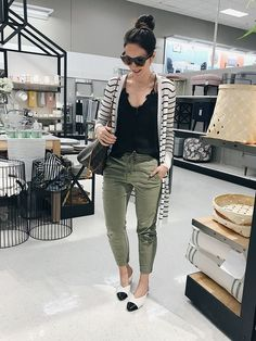 Jogger Outfit, Chino Joggers, Look Girl, Cardigan Outfits, Striped Cardigan, Lingerie, Work Fashion, Female Fashion, Fashion 2017