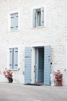 Exterior cottage colors country shutters ideas for 2019 Country Shutters, Blue Shutters, Exterior Paint, Exterior Design, Interior And Exterior, Exterior Shutters, Interior Rendering, Exterior Colors, Architecture Design