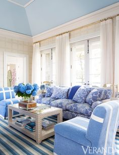 Blue Living Room Decor - What color represents happy? Blue Living Room Decor - Is Green a good Colour for a living room? Living Room Grey, Home And Living, Living Room Decor, Living Spaces, Home Theaters, Blue Rooms, White Rooms, Living Vintage, Up House