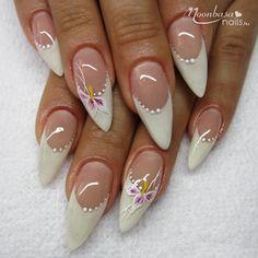 Gótikus mandula körömformán kézzel készült virágminta és pöttyminta. Akár egy nyári esküvőre is kiváló választás lehet!   A hozzávalókat pedig keresd webáruházunkban: http://www.moonbasanails.hu/webaruhaz