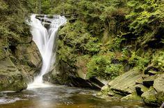 Wodospad Szklarki, Karkonosze, Poland. Jest to drugi co do wysokości wodospad w polskich Karkonoszach (ma około 13 metrów). Jego wody spadają szeroką kaskadą, charakterystycznie zwężającą się ku dołowi i skręcającą spiralnie.