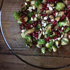 En liten hyllest til rosenkålen! Denne salaten altså, den smaker så godt. Syrlig og litt søt dressing, søte og saftige granateplekjerner, og knasende mandler. Og den har nydelige kontraster med det grønne... Les mer