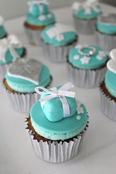 OMG Cute cupcakes... perfect for an engagement Party