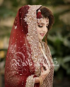 Brides / Dulhan from pakistan and india mostly on their barat day / wedding day leave to her husband's home. On barat wearing red & gold traditionally. Bridal Dupatta, Bridal Mehndi Dresses, Pakistani Bridal Makeup, Pakistani Wedding Outfits, Indian Bridal Outfits, Beautiful Bridal Makeup, Beautiful Bride, Pakistan Bride, Dulhan Dress