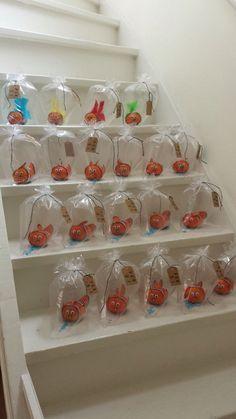 Nemo van mandarijn, Nemo of a tangerine. An easy healthy treat. Using white and… Kids Birthday Treats, Boy Birthday, Birthday Parties, Healthy Birthday Treats, Party Treats, Party Snacks, Party Gifts, School Treats, School Snacks