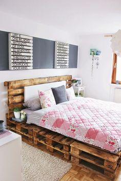 bett aus paletten in einem schlafzimmer | schlafzimmer ... - Kleiderablage Im Schlafzimmer Kreative Wohnideen