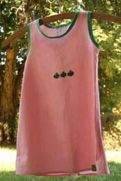 Eine alte Bluse wird zu diesem luftigen Apfelkleidchen für kleine Mädchen. Das ist Upcycling!