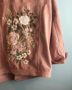 likes, 94 comments - Alice . Likes, 94 Kommentare – Alice … likes, 94 comments – Alice … - Embroidery On Clothes, Embroidered Clothes, Diy Embroidery, Embroidery Stitches, Embroidery Patterns, Denim Jacket Embroidery, Embroidered Leather Jacket, Diy Fashion, Fashion Outfits