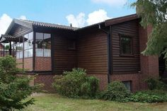 Modern und komfortabel eingerichtetes Holzhaus welches kaum Wünsche offen lässt. In einer ruhigen Wohnsiedlung gelegen lädt der große Garten zum Sonnen ein