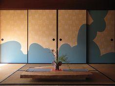 灯りが「ろうそく」の時代に照らし方や炎の揺れ加減で見え隠れして、きらめく襖の模様……。 伝統の精神性を継承しながら、新しい襖の姿を創り出しています! Japanese Interior, Japanese Art, Japanese Things, Japanese Style House, Tatami Room, House Rooms, My Dream Home, Small Spaces, Architecture Design