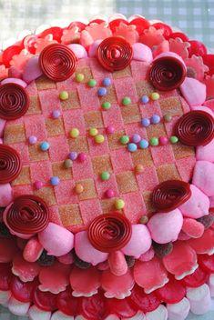 Tarta de chuches - Candy cake - Gâteau de bonbons - Snoeptaart - #golosinas Sweetie Cake, Candy Kabobs, Candy Sushi, Bar A Bonbon, Candy Art, Candy Cakes, Candy Bouquet, Happy Foods, Novelty Cakes