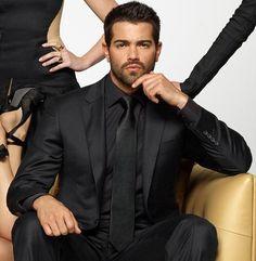 Men's Suits - Helemaal zwart alleen mooi voor het kleurtype donkere winter OK. Smoulder in any language. All Black Suit, Blue Suit Men, Mens Fashion Suits, Mens Suits, Men's Fashion, Classic Fashion, Best Suits For Men, Cool Suits, Sara Brown