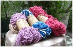 Hilado manual - Tintes naturales // Alpaca Fleece Yarn.  Hand spun, natural dyes.   Uva, Mar y cielo and Frutilla.