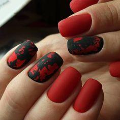 Smalto rosso mat in abbinamento ad una decorazione effetto sugar