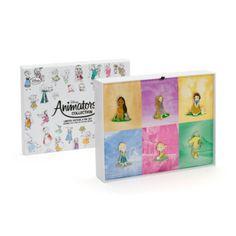 Notre collection Disney Animators vous propose six célèbres personnages Disney dans une version étincelante. Elle comprend de magnifiques pin's pailletés à l'effigie de Pocahontas, Raiponce, Blanche Neige, Elsa, Anna et Fée Clochette lorsqu'elles étaient enfants.
