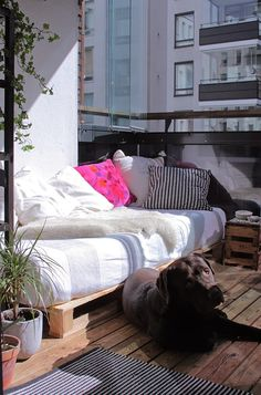 "Balcony ""sofa"" with pallets Balcony Decor, Patio Inspiration, Apartment Decor, Cosy Spaces, House With Balcony, Fancy Houses, Small Patio Spaces, Porch And Balcony, Home Decor"