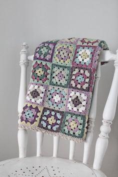 Transcendent Crochet a Solid Granny Square Ideas. Inconceivable Crochet a Solid Granny Square Ideas. Granny Square Häkelanleitung, Crochet Granny Square Afghan, Crochet Quilt, Granny Square Crochet Pattern, Crochet Squares, Crochet Home, Love Crochet, Crochet Blanket Patterns, Baby Blanket Crochet