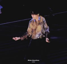 Animated gif shared by 𝐺𝑜𝑙𝑑𝑒𝑛 𝐼𝑑𝑜𝑙 ⁷. Find images and videos about gif, bts and jungkook on We Heart It - the app to get lost in what you love. V Gif, Animated Gif, Vkook Gif, Beautiful Japanese Girl, Kim Taehyung, Aesthetic Gif, Show, Bts Boys, Handsome Boys