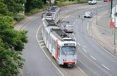 Die GT8SU sind mittlerweile mit über 40 Jahren die ältesten Fahrzeuge der Rheinbahn. Sie entstanden aus den GT8S, die für den Einsatz auf Stadtbahnlinien umgebaut werden mussten. Zum einen wurden die Türen mit Trittstufen für Hochbahnsteige ausgerüstet und zum anderen wurden die Wagenkästen verbreitert. Diese ersten Stadtbahnen Düsseldorfs werden wohl in einigen Jahren komplett verschwunden sein. :( #rheinbahn #düsseldorf #neuss #eisenbahnfotografie  #eisenbahnherz #eisenbahnfieber…