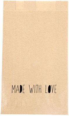 """KRAFT ZAKJES """"MADE WITH LOVE"""" Met deze kraft zakjes heb je geen gedoe meer met inpakken en rollen papier. Verpak het cadeautje makkelijk, snel en origineel in deze kraft zakjes met de tekst  """"made with love"""".   Formaat: 12 x 4,5 x 21,3 cm.   Graag een kraft zakjes met uw eigen logo, voor een bruiloft, geboorte of feestje? Dat is mogelijk, hiervoor dezelfde prijzen en bij grotere afname een speciale prijs. Stuur voor meer informatie een mailtje naar info@sascrea.nl"""