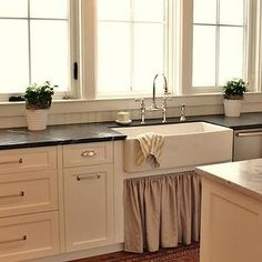 Terrific Screen woven Kitchen Blinds Style Kitchen window blinds are a vital part of interior design for kitchens of most varieties. Regardless of the décor and s sink kitchen window Farmhouse Sink, Kitchen Remodel, Kitchen Decor, Kitchen Blinds, New Kitchen, Kitchen Dining, Home Kitchens, Farmhouse Kitchen, Kitchen Design
