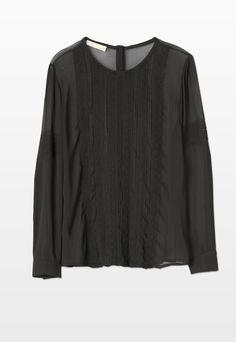 Vestibilità morbida per la camicia in georgette dallo stile romantico. La femminilità del capo è accentuata dal decoro in pizzo sulla parte anteriore.