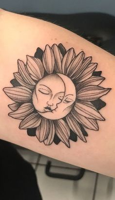 Celebrate the Beauty of Nature with these Inspirational Sunflower Tattoos Sonne & Mond Sonnenblumen Tattoo © Tätowierer Würfel Moon Sun Tattoo, Sun Tattoos, Forearm Tattoos, Rose Tattoos, Body Art Tattoos, Sleeve Tattoos, Sun Moon, Circle Tattoos, Tattoo Ink