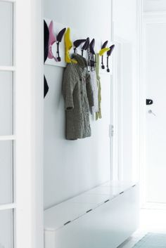 Great way to use the little space of a narrow hallway: both a place to sit and a place to store shoes, scarfs etc. Minimalist Apartment, House Entrance, Grand Entrance, Apartment Interior Design, Hallway Decorating, Cool Diy, Entryway, Diys, New Homes