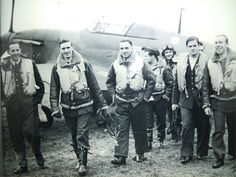 Pilots of 303 (Polish) Sqn who flew Hurricanes during the latter half of the battle. The pilot second from left of picture is Sqn Ldr 'Johnny' Kent The Blitz, Supermarine Spitfire, Ww2 Planes, Battle Of Britain, Fighter Pilot, Ww2 Aircraft, Royal Air Force, Luftwaffe, Military History