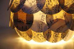 El arte de reciclar: Lámpara con partituras