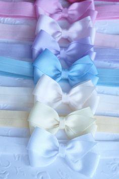 Escolha as cores e monte o seu kit. <br>Elástico muito confortável, ideal para recém nascido. <br> <br>O laço mede 7 cm aproximadamente. <br> <br>Disponível nas seguintes cores: <br>vermelho <br>azul bb <br>azul marinho <br>azul royal <br>lilás <br>pink <br>rosa bb <br>amarelo <br>branco <br>preto <br>bege <br>vinho <br> <br>Abaixo segue uma tabela com sugestões de medida, mas se desejar poderá ser feito sob medida. <br> <br>- recém-nascidos 34 cm <br>- 3 à 6 meses 38 cm <br>- 6 à 1 ano e 5…