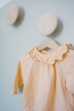 Une blouse pour bébé couleur rose pêche - idée peinture chambre fille