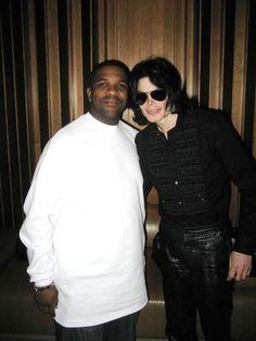 He Was A Gift... - Michael Jackson foto (10389315) - Fanpop Aerosmith, Pose, Mike Jackson, King Of The World, Michael Jackson Pics, King Of Hearts, Archangel Michael, Recording Studio, Keanu Reeves