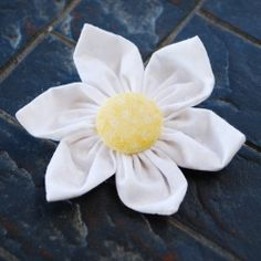 These fabric flowers make such fun hair clips and brooches. Wanna make some? creationsbykara