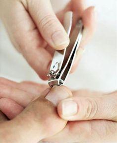 Sete cuidados para evitar a unha encravada  Entenda por que sua postura, o modelo dos calçados e a higiene dos pés afetam suas unhas