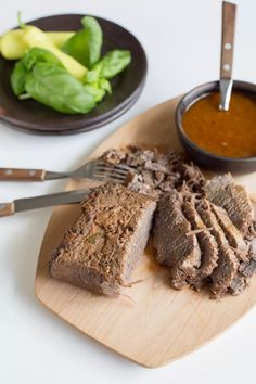 A juicy Braised brisket, Chilean style Good Food, Yummy Food, Tasty, Chilean Recipes, Chilean Food, Braised Brisket, Canned Tomato Sauce, Latin Food, Cooking Recipes