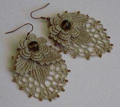 This Pin was discovered by Mar Crochet Jewelry Patterns, Crochet Earrings Pattern, Crochet Bracelet, Bead Crochet, Crochet Accessories, Irish Crochet, Crochet Motif, Crochet Flowers, Crochet Lace