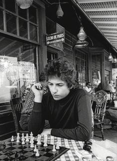 Bob Dylan playing chess in Woodstock, N., Photo by Daniel Kramer. I've been on that sidewalk (it's a small town). Bob Dylan Quotes, Billy The Kid, Musica Country, Joan Baez, Idole, Kurt Cobain, Music Artists, The Beatles, Rock N Roll