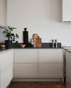 Nordiska Kök Grey in frame minimalist kitchen with a Kinnekulle limestone cou M. Nordiska Kök Grey in frame minimalist kitchen with a Kinnekulle limestone cou Minimalist Kitchen cou frame Grey Kinnekulle Kitchen Kök limestone Minimalist Nordiska Küchen Design, Home Design Decor, Home Decor, Design Ideas, Design Trends, Kitchen Interior, New Kitchen, Condo Kitchen, Kitchen Country