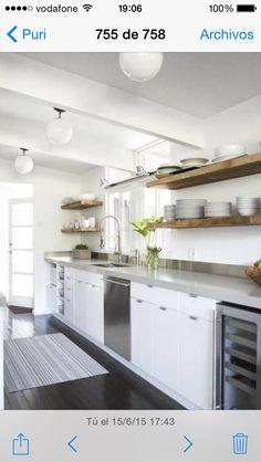 Idea cocina blanca encimera gris clarito con estanteria armarios en color madera pero un pelin mas oscuro