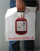 헌혈 광고 쇼핑백.  특이한 디자인으로 쉽게 사람들의 눈에 들고, 밑에는 VOLUNTEERS NEEDED 라는 문구를 통해 헌혈이 필요하다는 메세지를 보내고 있다.