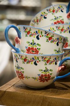 Folksy tea cups. So pretty. Me love these.  #teacups #folkart #cups