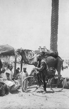 Kazimierz Nowak oparty o rower w rozmowie z arabską rodziną w Trypolitanii - rok 1931/12, Trypolitania (włoska kolonia)