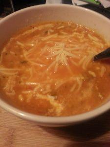 De soep met geraspte kaas. Heerlijk om deze caloriearme soep nóg lekkerder te maken