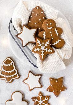 Homemade classic gingerbread cookies decorated with white royal icing! Easy, festive and scrumptious! Gingerbread Man Cookies, Christmas Gingerbread, Noel Christmas, Christmas Baking, Italian Christmas, Gingerbread Houses, Decorating Gingerbread Cookies, Gingerbread Icing, Xmas